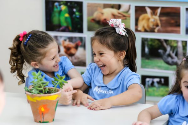 Crianças rindo na sala de aula